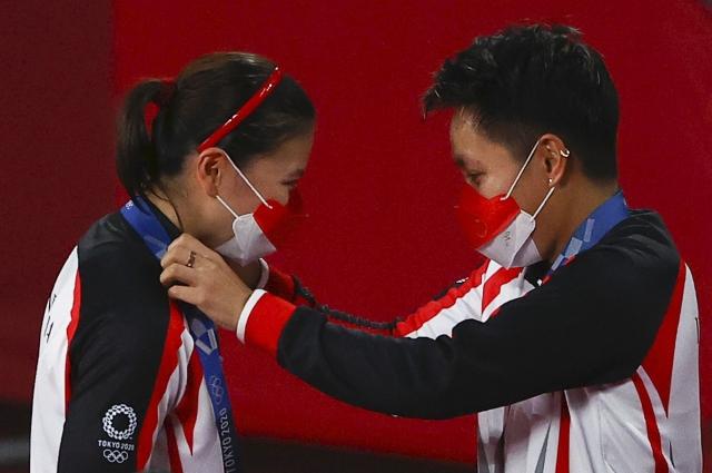 https: img.okezone.com content 2021 08 02 40 2449834 apriyani-rahayu-raih-medali-emas-di-olimpiade-tokyo-2020-bupati-konawe-beri-tanah-rumah-hingga-sapi-WITlDLMg4C.jpg
