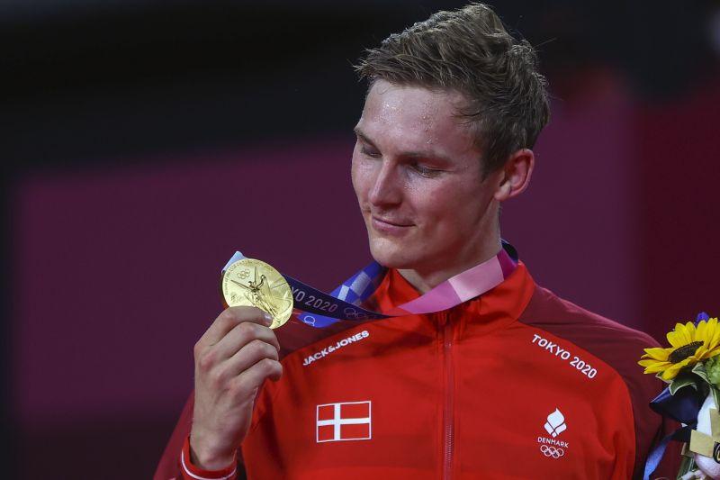 https: img.okezone.com content 2021 08 02 40 2449858 raih-emas-olimpiade-tokyo-2020-viktor-axelsen-kembalikan-kejayaan-tunggal-putra-denmark-di-olimpiade-tqnYty8DVy.jpg