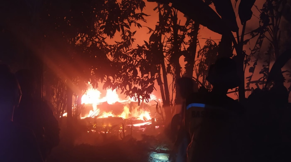 https: img.okezone.com content 2021 08 02 525 2449349 kebakaran-hanguskan-pabrik-jamur-di-sukabumi-diduga-akibat-korsleting-listrik-2dFy5r7owL.jpg