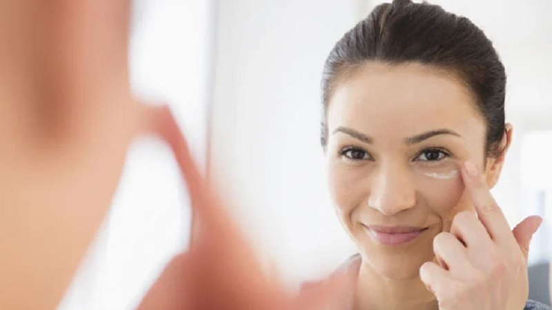 https: img.okezone.com content 2021 08 02 611 2449730 cara-memakai-makeup-untuk-si-pemilik-kulit-kering-mAPj6Qkzel.jpg
