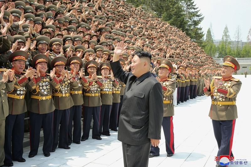https: img.okezone.com content 2021 08 03 18 2450256 kritik-perintah-kim-jong-un-beri-beras-pada-rakyat-perwira-tinggi-korut-ditembak-mati-U0k8rXWTXN.JPG