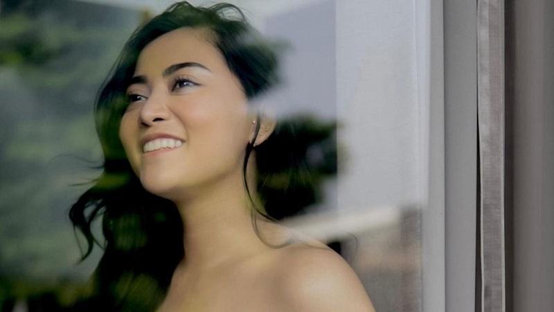 https: img.okezone.com content 2021 08 03 194 2449983 cantiknya-rachel-vennya-berbalut-dress-kemben-netizen-aura-abg-nya-keluar-bun-KH6xCbss8w.jpg