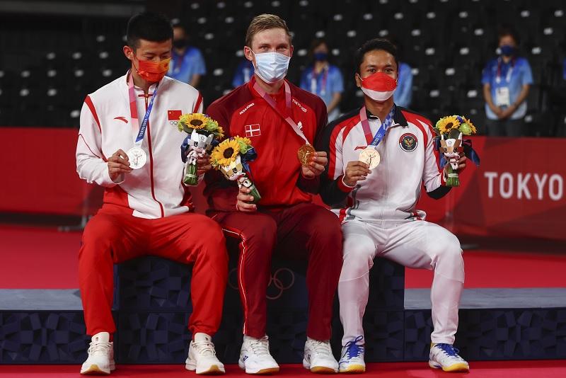 https: img.okezone.com content 2021 08 03 40 2450047 usai-sabet-emas-olimpiade-tokyo-2020-axelsen-beri-ucapan-kepada-anthony-ginting-dan-chen-long-IRyImma8z3.jpg