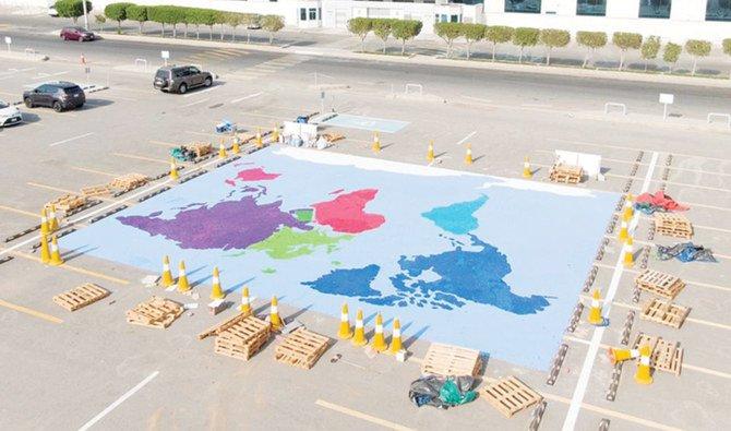 https: img.okezone.com content 2021 08 03 406 2450356 bikin-mural-terbesar-dengan-tutup-botol-kepala-sekolah-pecahkan-rekor-dunia-5xy5Ox3WYa.jpg