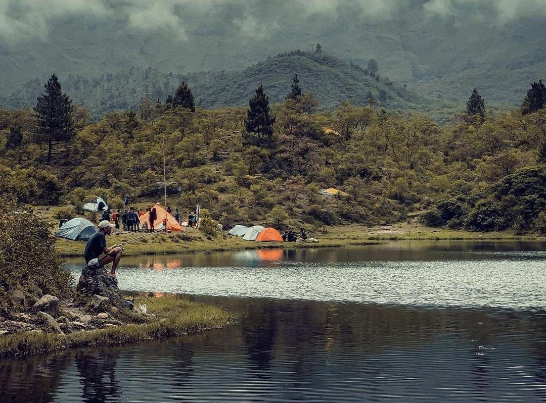 https: img.okezone.com content 2021 08 03 408 2450165 5-fakta-menarik-danau-tanralili-di-kaki-gunung-bawangkaraeng-mirip-ranu-kumbolo-oGd6LOqrN4.jpg