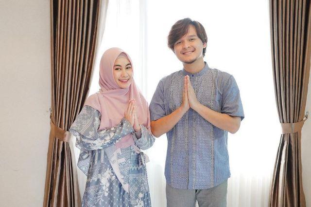 https: img.okezone.com content 2021 08 03 621 2449985 5-potret-keluarga-muslim-anisa-rahma-dan-anandito-dwis-kompak-banget-FV3DVPL79w.jpg