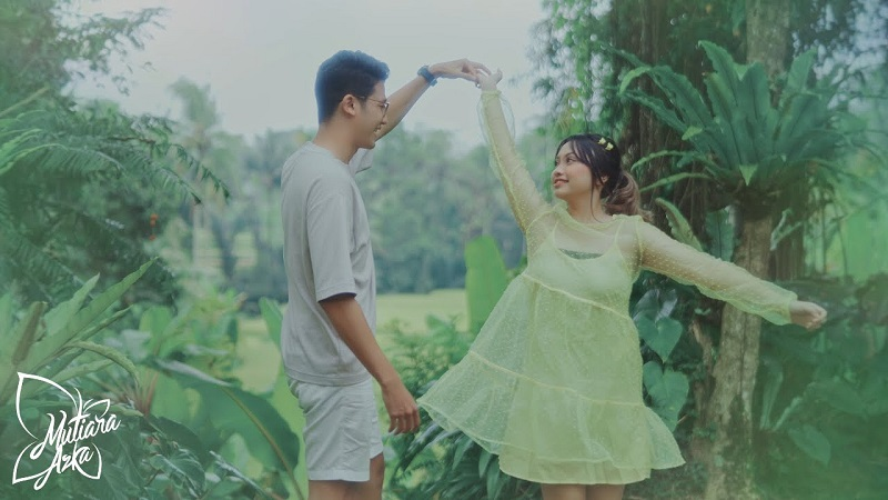 https: img.okezone.com content 2021 08 04 205 2450621 ingat-momen-jatuh-cinta-mutiara-azka-rilis-single-butterfly-BPBqJqUfL9.jpeg