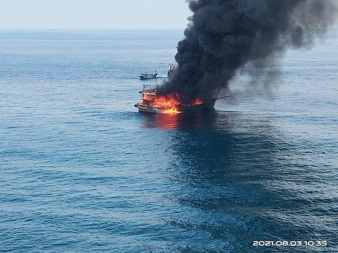 https: img.okezone.com content 2021 08 04 608 2450744 kapal-terbakar-di-perairan-pulau-berhala-sumut-satu-abk-tewas-wpsOLqmmNA.jpg
