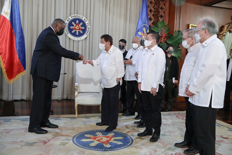 https: img.okezone.com content 2021 08 05 18 2451491 pulihkan-kerja-sama-pertahanan-ini-alasan-filipina-lebih-memilih-as-daripada-china-1kCJL6scCL.JPG