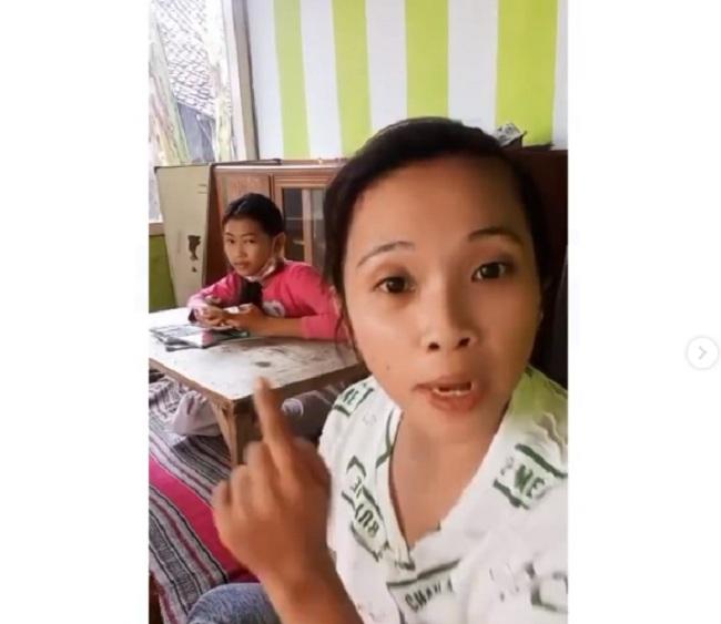 https: img.okezone.com content 2021 08 05 337 2451432 orangtua-omeli-guru-yang-beri-murid-soal-tanpa-penjelasan-videonya-viral-jlDGC4SAFb.jpg