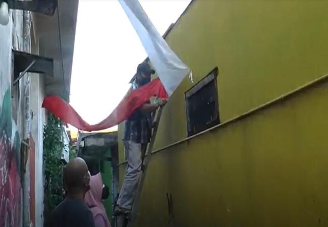 https: img.okezone.com content 2021 08 05 340 2451069 hut-ri-ke-75-saat-pandemi-covid-19-tak-ada-perayaan-hanya-umbul-umbul-dan-bendera-merah-putih-9YXB8fiSB8.jpg
