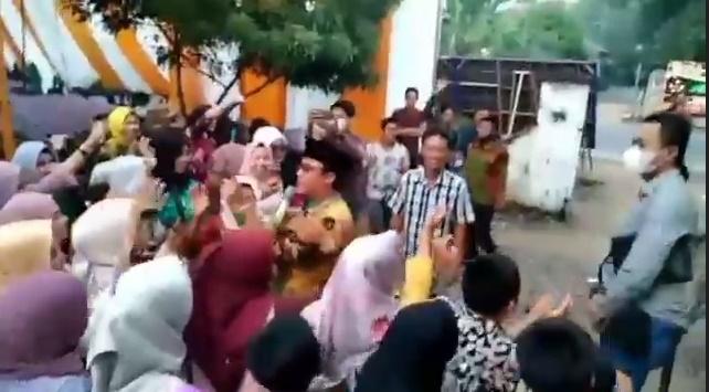 https: img.okezone.com content 2021 08 05 340 2451303 ketahuan-dangdutan-tanpa-prokes-wabup-lampung-tengah-dihukum-bersihkan-masjid-onEfut4GP3.jpg