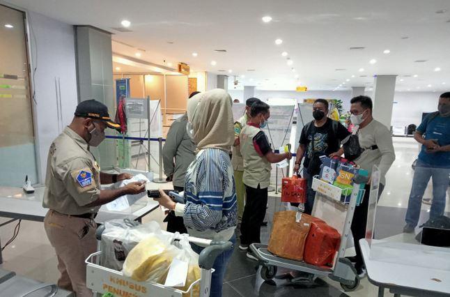 https: img.okezone.com content 2021 08 06 406 2451674 3-penumpang-sriwijaya-air-tanpa-surat-izin-lolos-di-bandara-sorong-jHz7B1OUMD.JPG