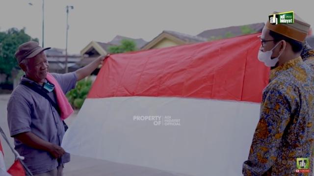 https: img.okezone.com content 2021 08 06 614 2451905 beli-bendera-ustadz-adi-hidayat-sedekah-uang-dan-ilmu-pancasila-32U1G3tGMS.jpg
