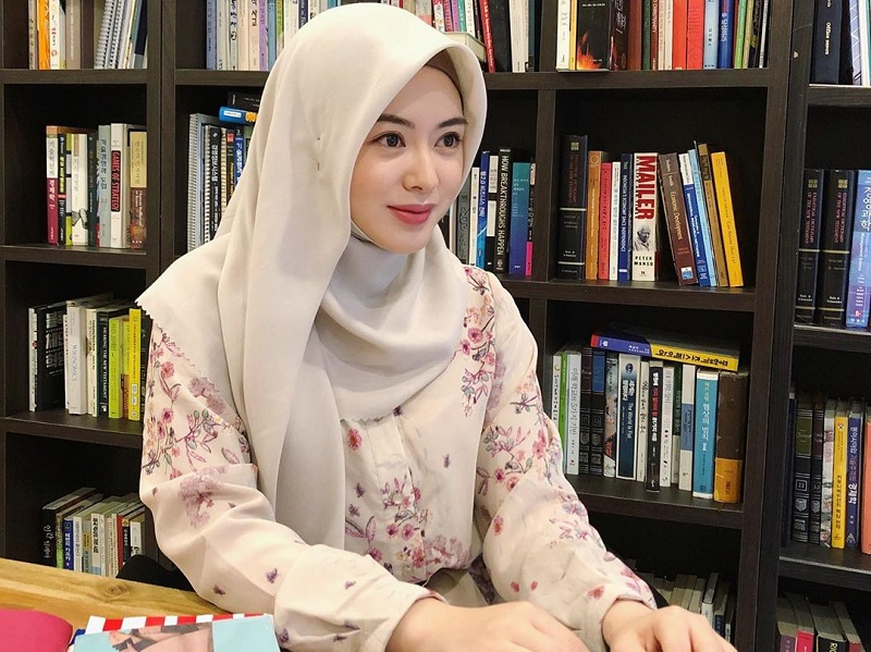 https: img.okezone.com content 2021 08 06 621 2451775 potret-ayana-moon-belajar-agama-islam-modis-dan-cantik-banget-3ARJBk9sgQ.jpg