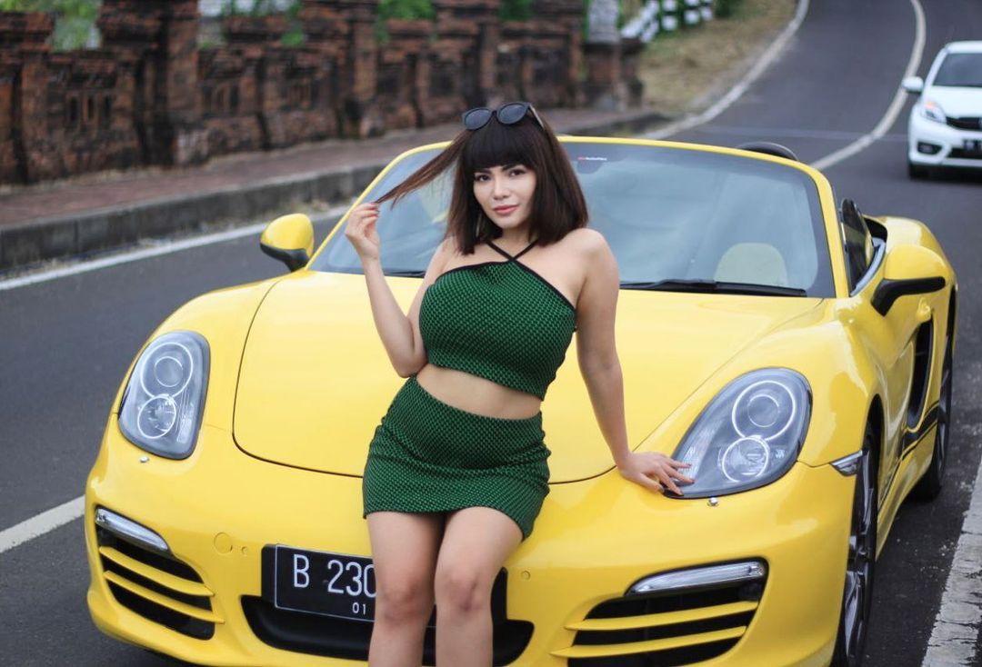 https: img.okezone.com content 2021 08 06 86 2451798 6-potret-seksi-dinar-candy-dengan-mobil-sport-bikin-netizen-melongo-6U2Q71o2ed.jpg