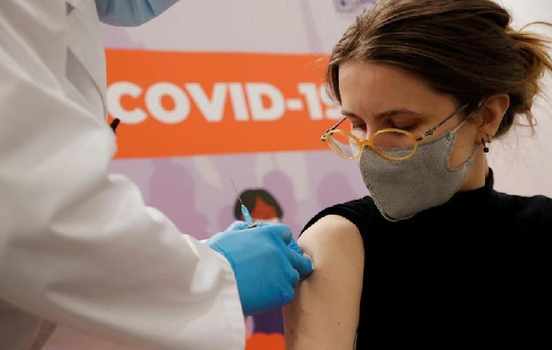 https: img.okezone.com content 2021 08 07 406 2452306 covid-19-menggila-maskapai-ini-wajibkan-vaksinasi-semua-karyawan-FIuFl6LRhK.jpg