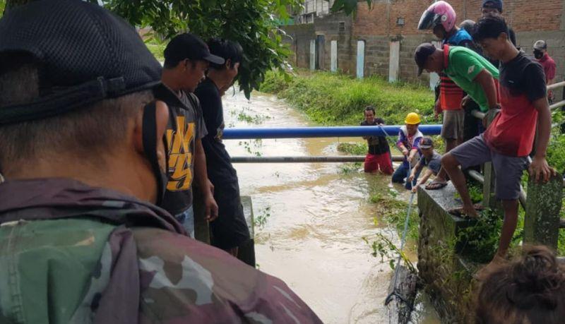 https: img.okezone.com content 2021 08 07 609 2452452 bersihkan-material-banjir-warga-temukan-buaya-VFx4ILkhHO.jpg