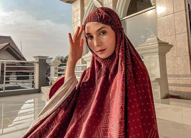 https: img.okezone.com content 2021 08 08 621 2452753 5-ootd-hijab-cantik-selebgram-daniella-kharishma-bervariasi-banget-lho-iukOwqdhaF.jpg