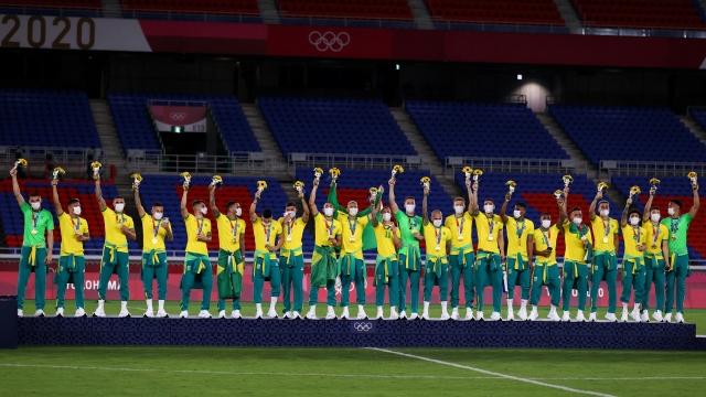 https: img.okezone.com content 2021 08 09 51 2453130 dapat-medali-emas-olimpiade-tokyo-2020-timnas-brasil-malah-berkonflik-dengan-sponsor-AWw0xnf7nR.jpg