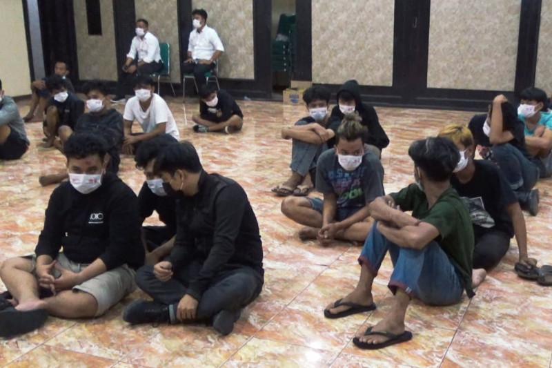 https: img.okezone.com content 2021 08 09 609 2453235 polisi-tangkap-28-pemuda-pelaku-tarung-bebas-di-makassar-X5v7Ws0HVJ.jpg