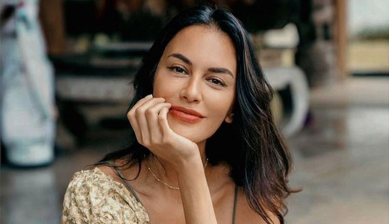 https: img.okezone.com content 2021 08 09 611 2452986 inspirasi-4-gaya-makeup-sophia-latjuba-yang-bikin-wajah-terlihat-awet-muda-Bw0xpF8Y1n.jpg