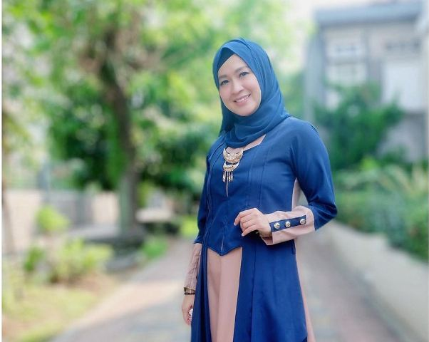 https: img.okezone.com content 2021 08 09 617 2453062 4-gaya-hijab-okie-agustina-simpel-dan-cantik-dengan-jilbab-instan-bJ2lEkVUVd.jpg