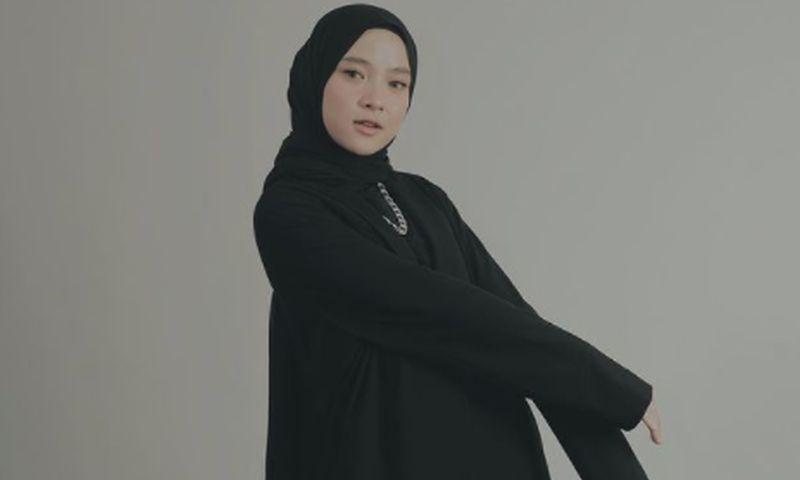 https: img.okezone.com content 2021 08 10 33 2453558 nissa-sabyan-pamer-jerawat-di-wajah-tanpa-makeup-tak-diedit-RyllATu8Zz.jpg