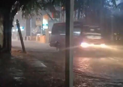 https: img.okezone.com content 2021 08 10 338 2453355 diguyur-hujan-deras-sebentar-sejumlah-wilayah-di-bekasi-mulai-tergenang-rCVfgPzzJO.JPG