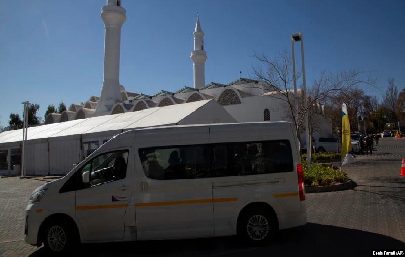 https: img.okezone.com content 2021 08 10 614 2453431 masjid-di-afrika-selatan-jadi-lokasi-layanan-drive-thru-vaksinasi-covid-19-AGIYhyozib.jpg