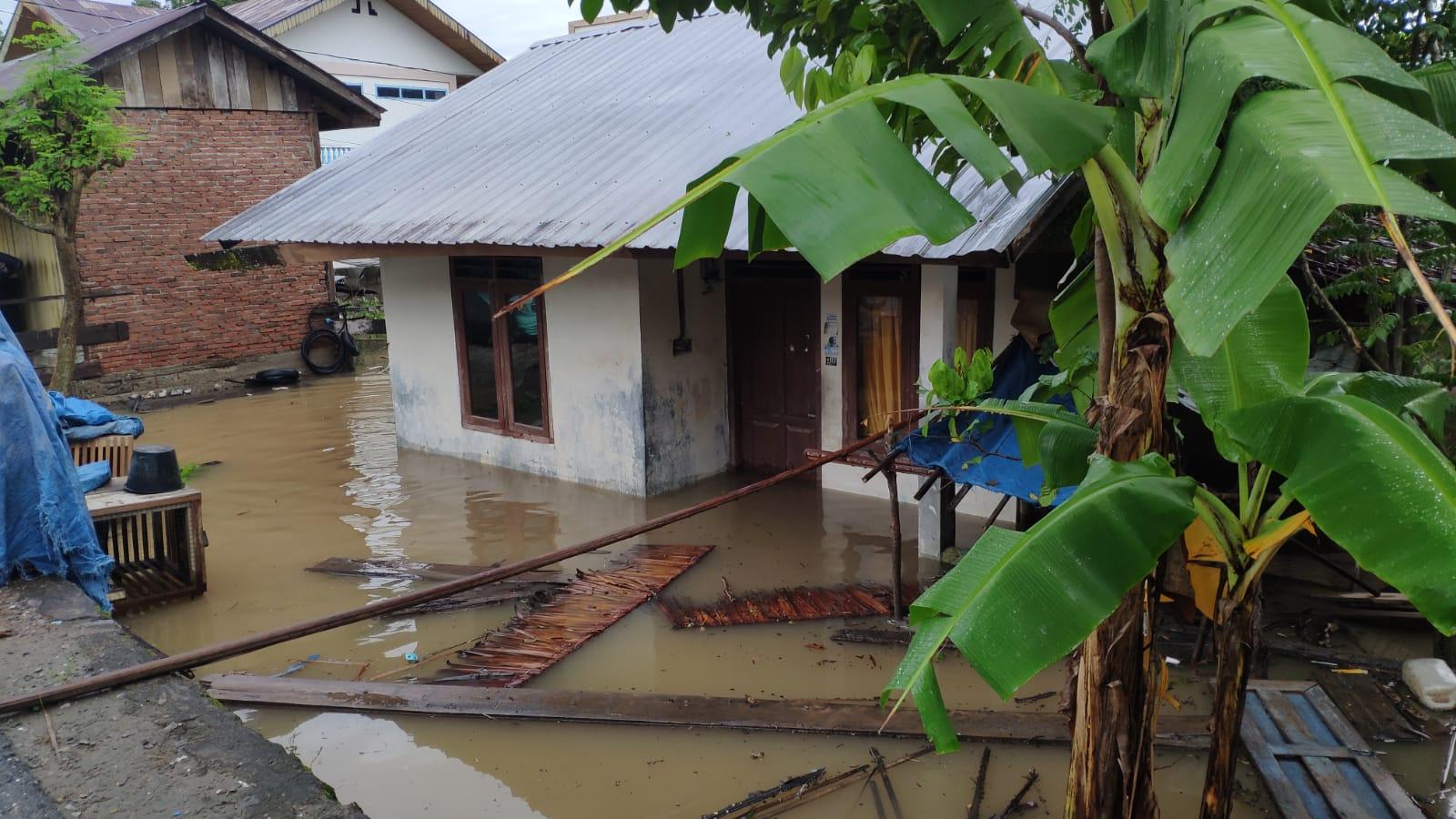 https: img.okezone.com content 2021 08 11 340 2454170 banjir-melanda-sejumlah-wilayah-aceh-besar-dan-aceh-jaya-ratusan-warga-mengungsi-b7hz9ATs8x.jpeg