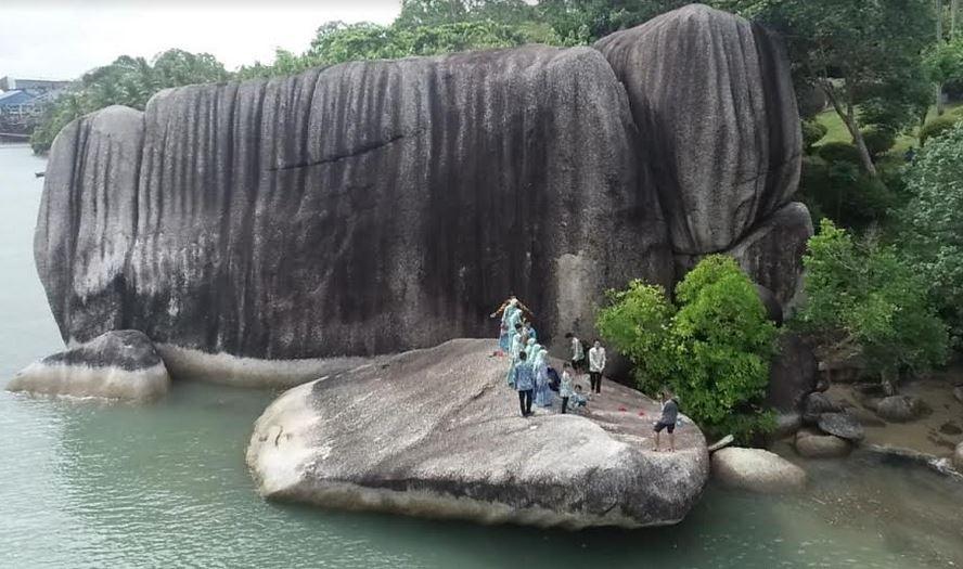 https: img.okezone.com content 2021 08 11 408 2454036 melihat-dari-dekat-pantai-unik-di-pulau-bangka-ada-batu-berbentuk-dinding-raksasa-2CEfyYUIGC.JPG
