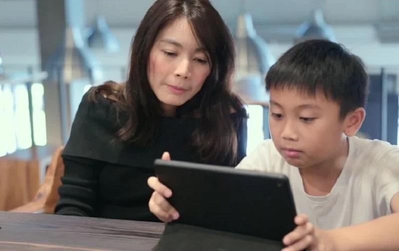 https: img.okezone.com content 2021 08 11 612 2454193 tips-jadi-orangtua-cerdas-saat-dampingi-anak-belajar-daring-Rb2mui0D8j.jpg