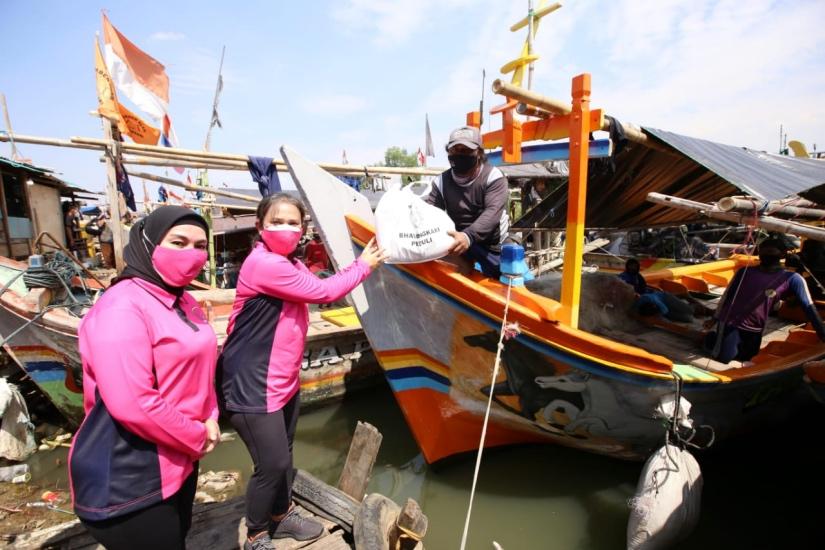 https: img.okezone.com content 2021 08 12 337 2454813 curhat-nelayan-muara-angke-ke-istri-kapolri-tangkapan-banyak-tapi-sepi-pembeli-6ViVROL2oF.jpg