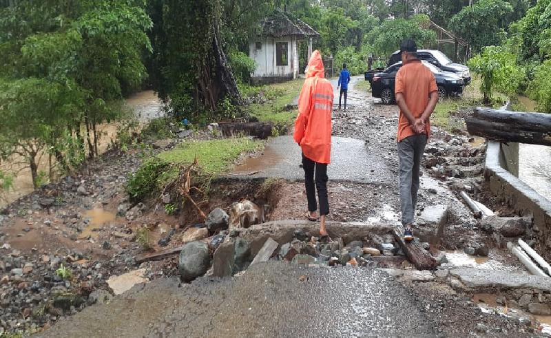 https: img.okezone.com content 2021 08 12 406 2454768 aceh-besar-banjir-akses-jalan-ke-wisata-air-terjun-terputus-VxX6tq6n84.jpg