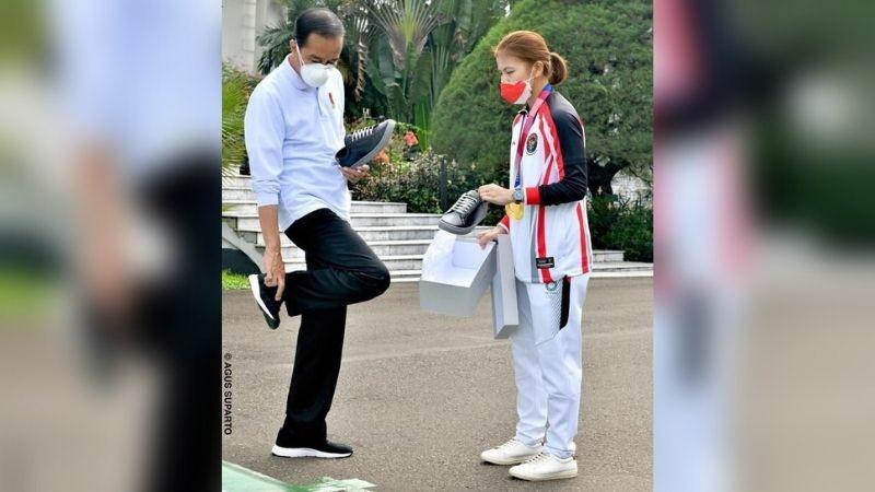 https: img.okezone.com content 2021 08 13 194 2455356 presiden-jokowi-beli-sneakers-greysia-polii-ternyata-segini-harganya-y6TFETttQJ.jpg