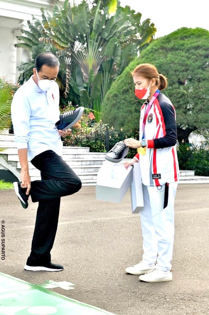 https: img.okezone.com content 2021 08 13 455 2455403 presiden-jokowi-beli-sepatu-produksi-greysia-polii-ternyata-harganya-rp1-1-juta-uK7HrAAzbv.jpg