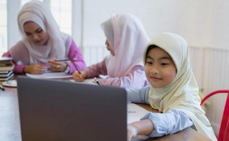 https: img.okezone.com content 2021 08 13 612 2455213 4-cara-jitu-bikin-anak-tidak-bosan-belajar-daring-di-rumah-i6K79xwe9w.jpg