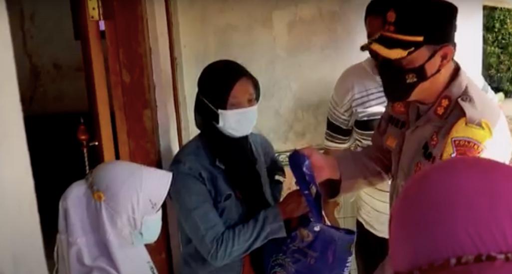 https: img.okezone.com content 2021 08 15 512 2455762 kapolres-pekalongan-beri-bantuan-5-anak-yatim-orangtuanya-meninggal-akibat-covid-19-DDX1I3pM7Y.jpg
