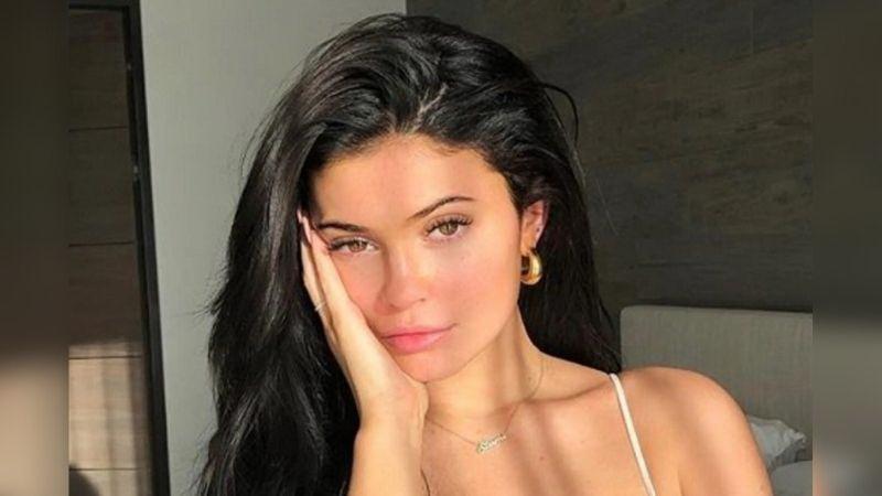 https: img.okezone.com content 2021 08 15 611 2455812 selfie-seksi-kylie-jenner-pamer-pesona-tampil-polos-tanpa-makeup-2Vp1bmXcvI.jpg