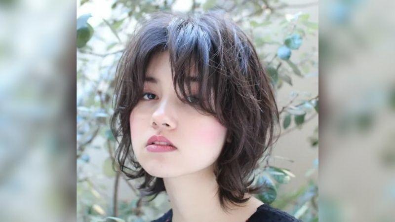 https: img.okezone.com content 2021 08 15 611 2455838 tips-potong-rambut-sendiri-model-wolf-cut-yang-lagi-ngetren-d2OjPNgCBi.jpg