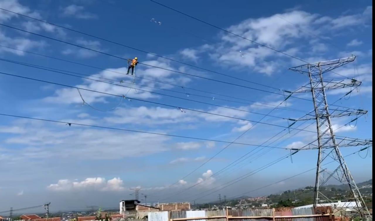 https: img.okezone.com content 2021 08 17 320 2456752 ingat-ini-bahaya-main-layangan-dekat-jaringan-listrik-FrUTtamUdG.jpg