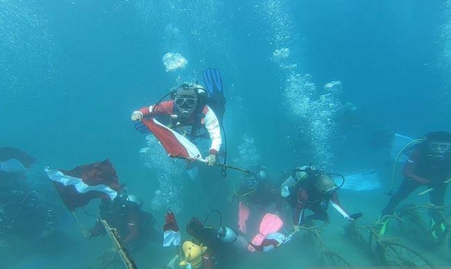 https: img.okezone.com content 2021 08 17 406 2456923 melihat-aksi-penyelam-kibarkan-bendera-merah-putih-di-dasar-laut-gorontalo-Rgpk83rChQ.JPG