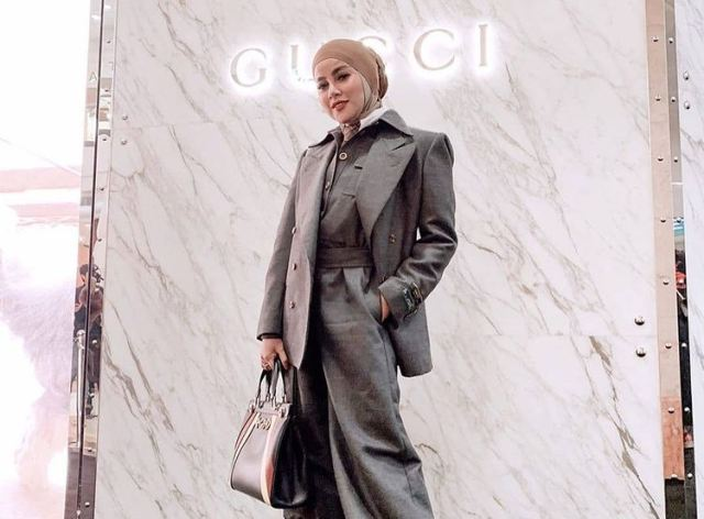 https: img.okezone.com content 2021 08 18 617 2457540 adu-gaya-hijab-olla-ramlan-vs-syahrini-siapa-lebih-kece-sgT7x2FxDf.jpg