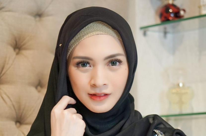 https: img.okezone.com content 2021 08 18 617 2457554 5-inspirasi-gaya-hijab-cantik-ala-donita-simpel-dan-nyaman-RMt68xbZt5.jpg