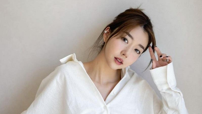 https: img.okezone.com content 2021 08 19 194 2457861 5-gaya-sunny-dahye-youtuber-korea-yang-cinta-indonesia-cantik-berbusana-serba-putih-aCAUIcUQ16.jpg