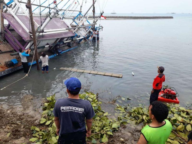 https: img.okezone.com content 2021 08 19 338 2457880 kapal-nelayan-bocor-dan-karam-di-pulau-pari-gXMZIl8BeH.jpg