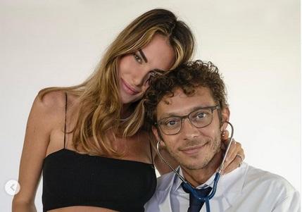 https: img.okezone.com content 2021 08 19 38 2457578 keren-valentino-rossi-umumkan-sang-kekasih-francesca-sofia-novello-hamil-anak-pertamanya-hauxSUZVam.jpg