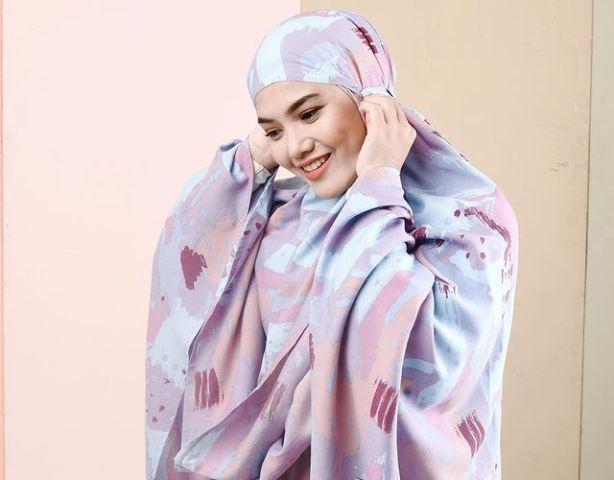 https: img.okezone.com content 2021 08 19 617 2457802 5-gaya-hijab-simpel-cantik-herfiza-novianti-istri-ricky-harun-sang-komisaris-hkmu-s7SWjR6yj9.jpg