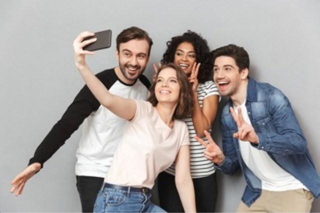 https: img.okezone.com content 2021 08 20 481 2458323 studi-selfie-bisa-menyehatkan-tubuh-efektif-menaikkan-suasana-hati-hKfRSA7ZzA.jpg